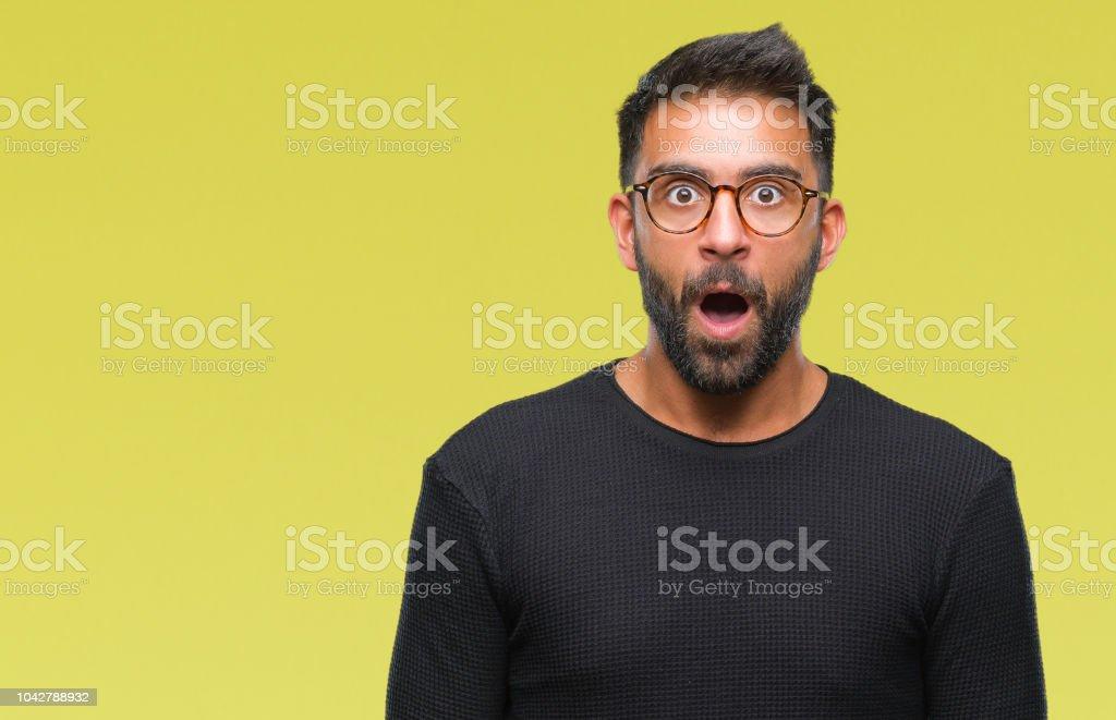 Volwassen Spaanse man met bril op geïsoleerde achtergrond bang en geschokt met verrassing meningsuiting, angst en opgewonden gezicht. - Royalty-free Angst Stockfoto