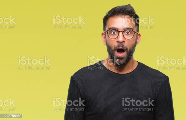 Volwassen Spaanse Man Met Bril Op Geïsoleerde Achtergrond Bang En Geschokt Met Verrassing Meningsuiting Angst En Opgewonden Gezicht Stockfoto en meer beelden van Angst