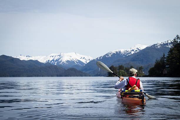 Hombre adulto en kayak en el puerto de Alaska falcada - foto de stock