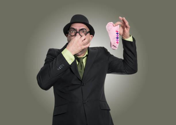 hombre adulto y mal olor - studioimagen73 fotografías e imágenes de stock