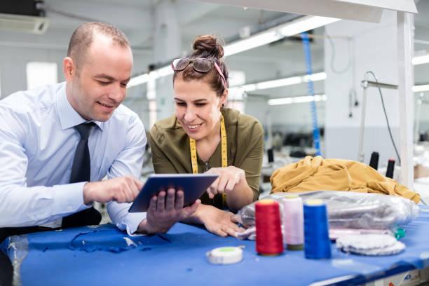 Erwachsener Mann und Frau in der Fabrik – Foto