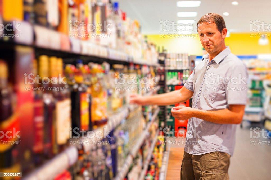 adult man at the supermarket foto