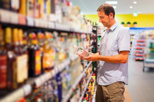 Adulte homme au supermarché - Photo