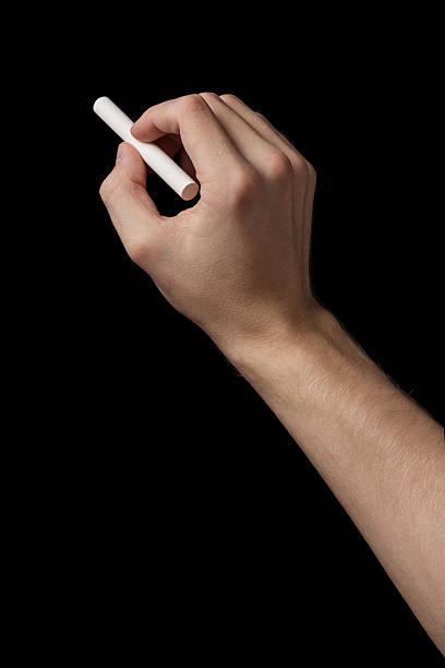 erwachsener mann hand zeichnen etwas mit kreide - kreide schriftzüge stock-fotos und bilder
