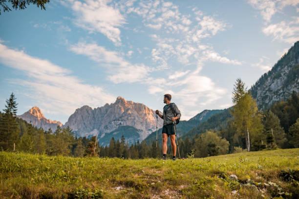 Erwachsener Mann Wandern mit Wanderstöcken in Denbergen Stock Foto – Foto
