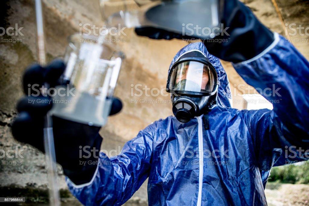 Erwachsene Männer, die eine wissenschaftliche Probenahme von Abwasser – Foto