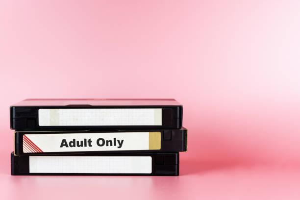 Película para adultos etiquetado sólo en cinta de Video para concepto de película de pornografía - foto de stock