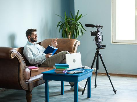 アダルト ビデオ ブロガーはカメラの前で本を読んで - 1人のストック ...