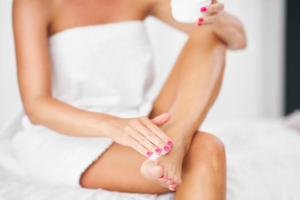 Erwachsene Frau Anwendung Körper Feuchtigkeitscreme – Foto