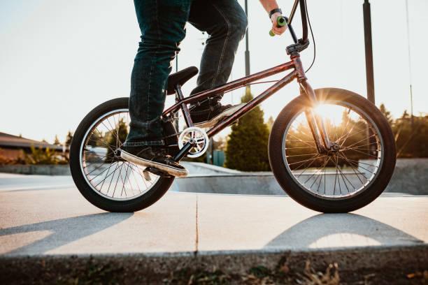 Adult Woman BMX Bike Rider im Ramp Park – Foto