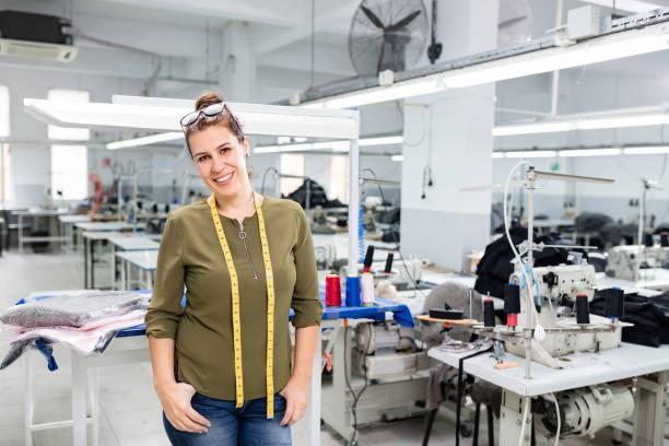 Erwachsene Frau Designer posiert in der Textilfabrik. – Foto