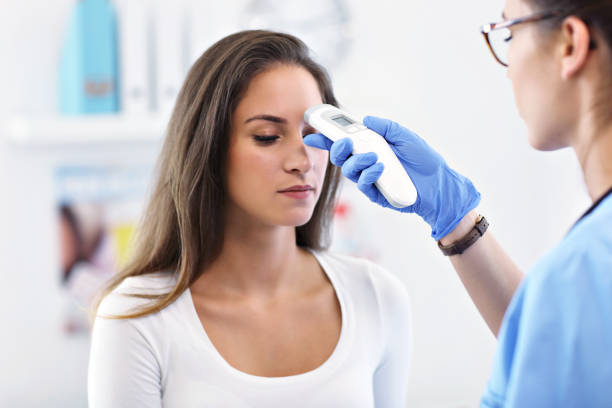 Erwachsene Frau, die einen Besuch bei weiblichen Arztpraxis – Foto