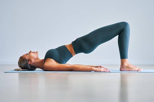 Erwachsene Frau übt Yoga zu Hause – Foto
