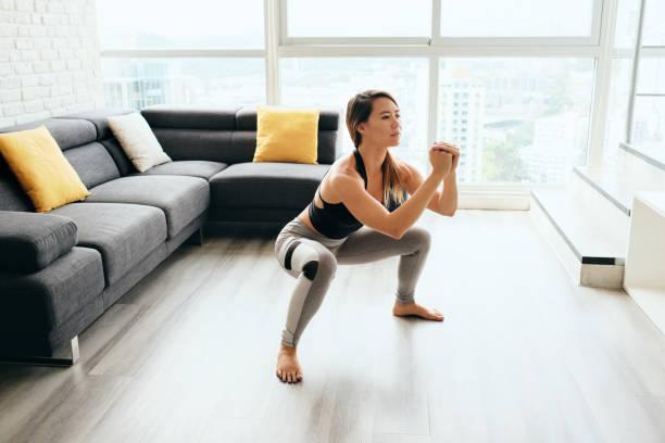 mujeres adultas entrenando piernas haciendo en cuclillas - agacharse fotografías e imágenes de stock