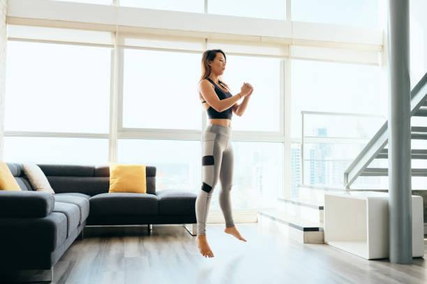 mujeres adultas entrenando piernas haciendo cuclillas y saltando - agacharse fotografías e imágenes de stock