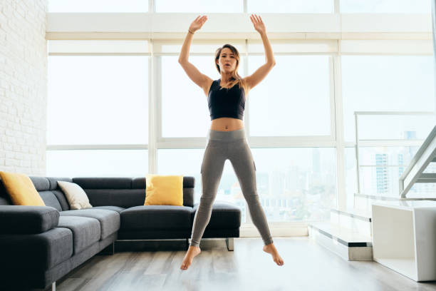 Erwachsene Frau trainiert Beine, die Squat und Springen machen – Foto