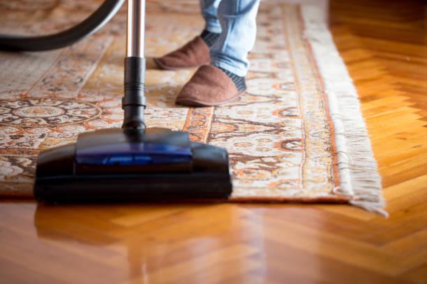 Erwachsene Frau vakuumiert Wohnzimmer – Foto