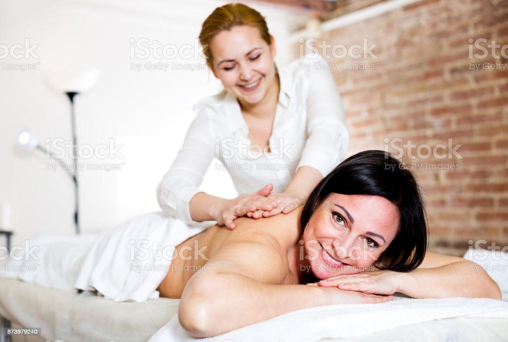 Mulher adulta muito feliz com o procedimento de massagem - foto de acervo