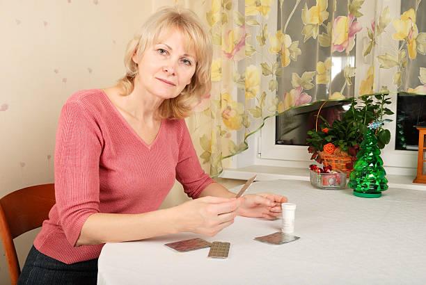 Erwachsene Frau mit Pillen – Foto