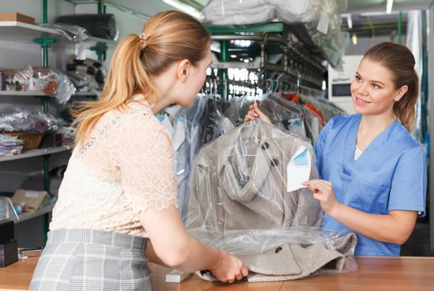 Erwachsenen Arbeitnehmer wieder saubere Kleidung zu Kunden – Foto
