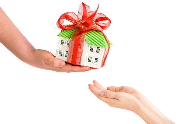 Erwachsenen Hand geben Kinder Hände ein Modell des Hauses. – Foto