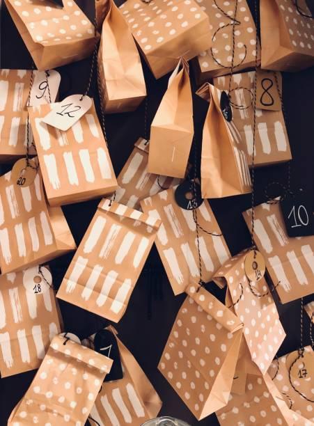 adventskalender in form eines hängenden taschen - adventskalender stock-fotos und bilder