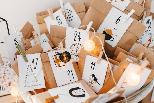 adventskalender für weihnachten warten. - adventskalender stock-fotos und bilder
