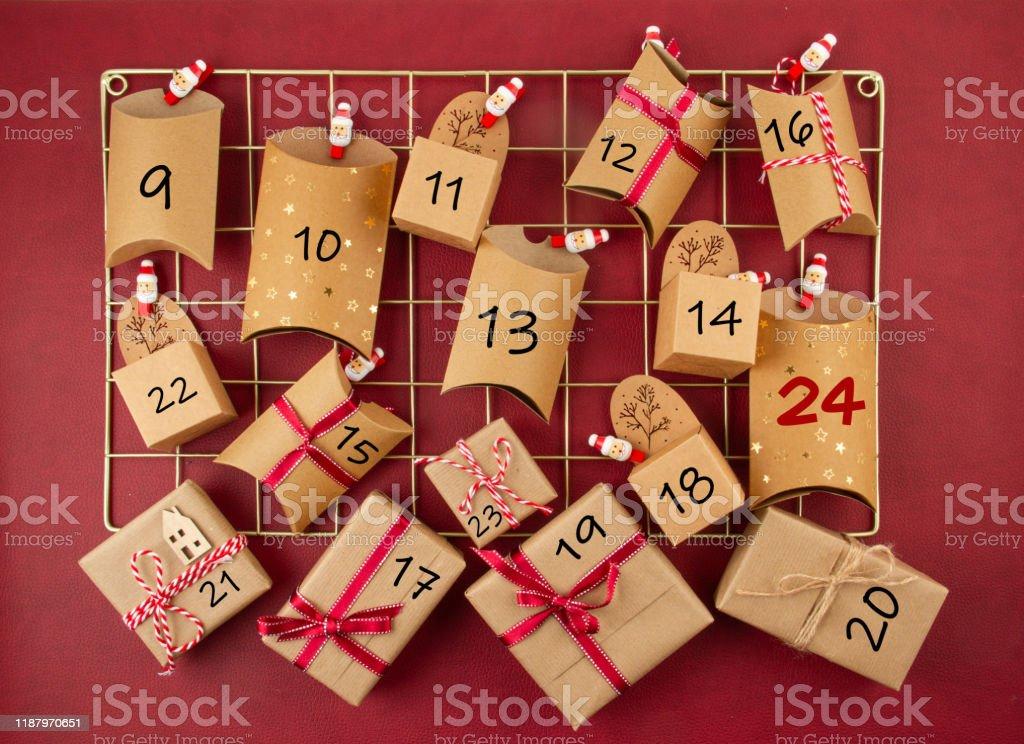 Calendrier de l'Avent avec des boîtes en carton d'artisanat sur le panneau de maille - Photo de Artisanat libre de droits