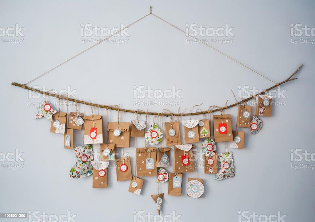 calendario de Adviento con pequeños regalos. concepto de esperar para el nuevo año. bricolaje - foto de stock