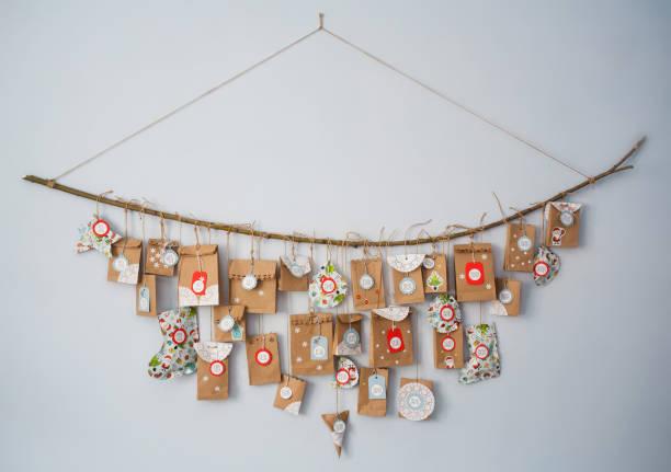 adventskalender mit kleinen geschenken. konzept des wartens auf das neue jahr. diy - weihnachtsessen ideen stock-fotos und bilder