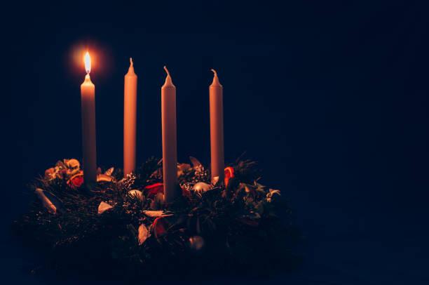 1. advent ljus brinner på advent krans - advent bildbanksfoton och bilder