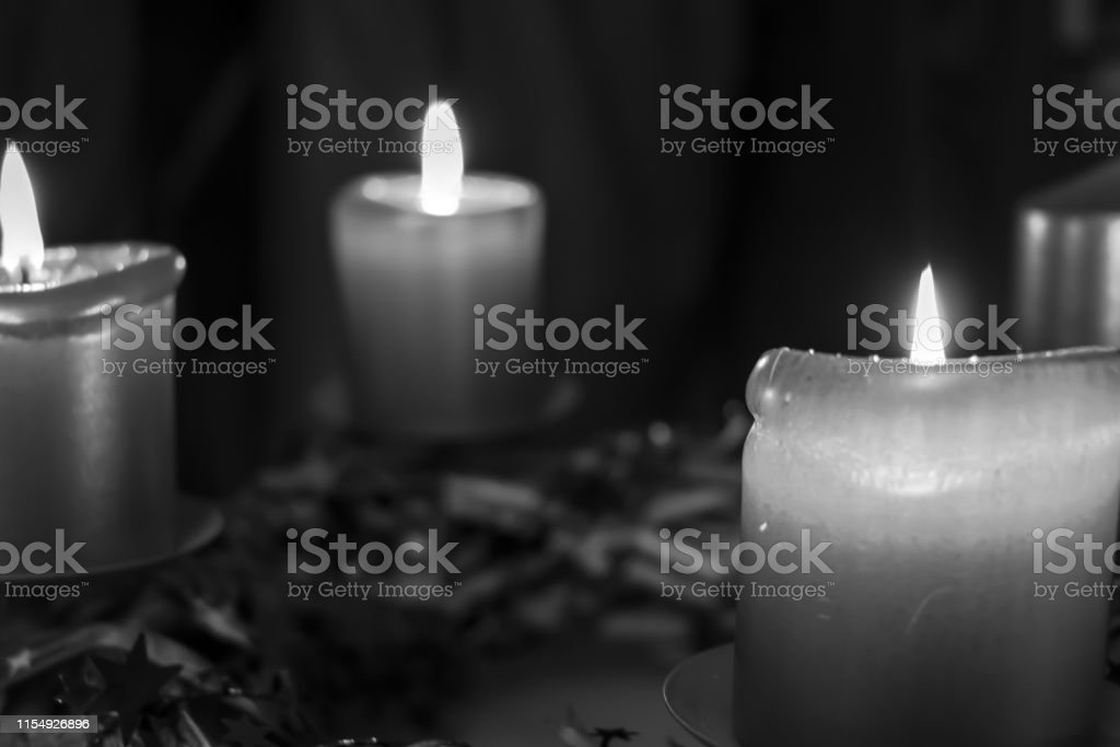 Leuchtenden Adventskerzen vor Weihnachten