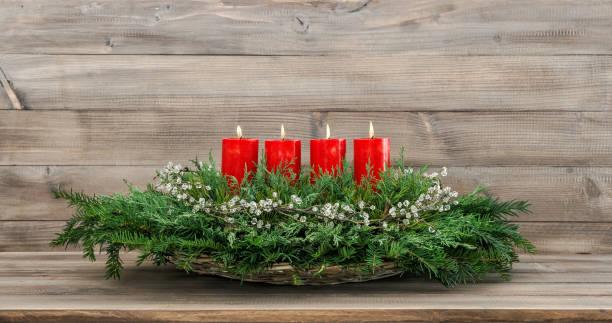 advent dekoration vier rot brennenden kerzen - adventgeschichte stock-fotos und bilder