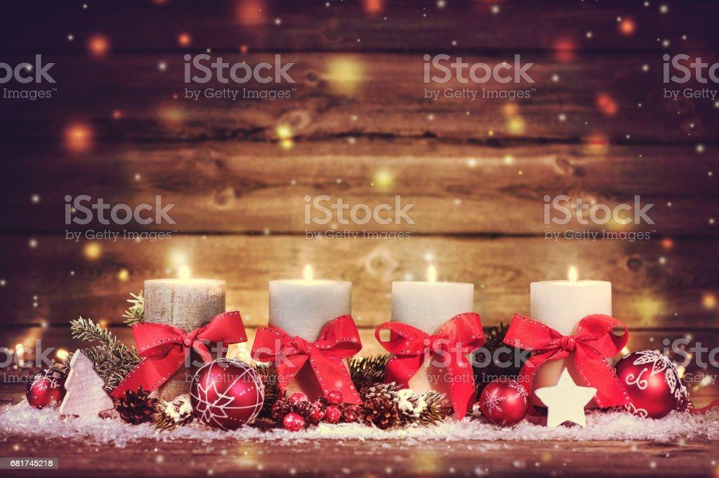 Decoración de Adviento con cuatro velas ardientes. - foto de stock