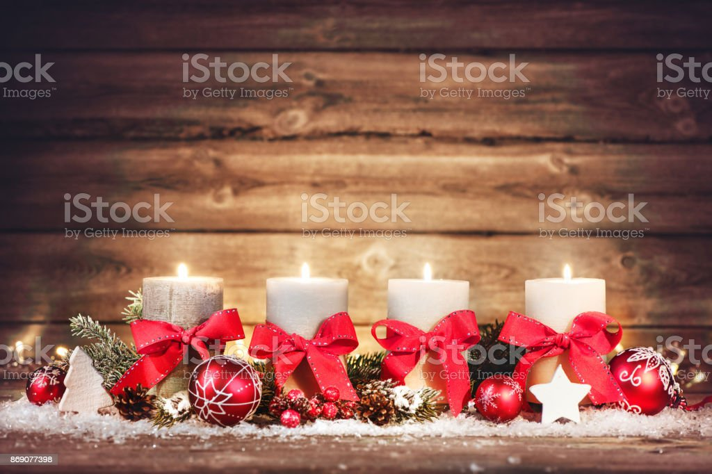 Advent-Dekoration mit vier brennenden Kerzen. – Foto