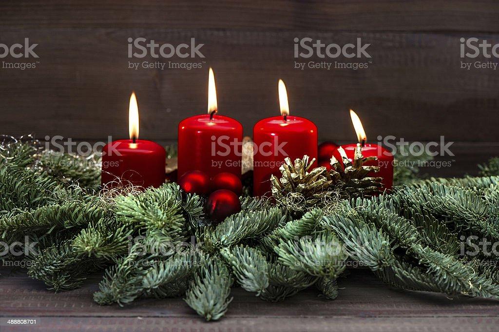 advent decoración con cuatro rojo quemar velas - foto de stock