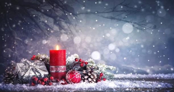 adventsdekoration mit einer brennenden kerze - weihnachtskarte stock-fotos und bilder