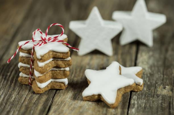 adventszeit haufen von weihnachtsplätzchen - hausgemachte zuckerplätzchen stock-fotos und bilder