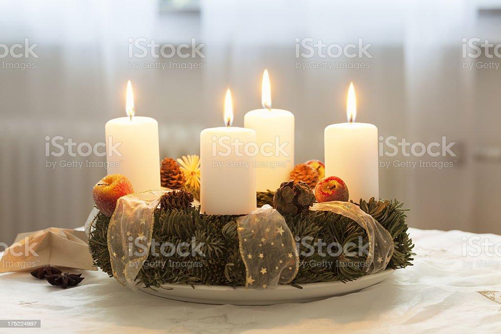 Advent Kranz mit 4 brennenden Kerzen am Tisch – Foto