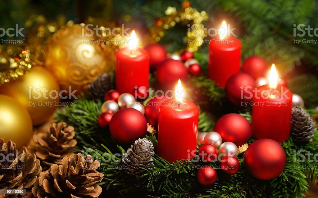 Advent corona con 4 quemar velas - foto de stock