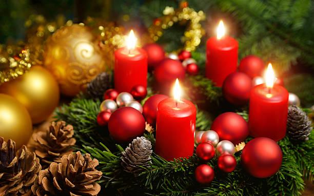 advent corona con 4 quemar velas - adviento fotografías e imágenes de stock