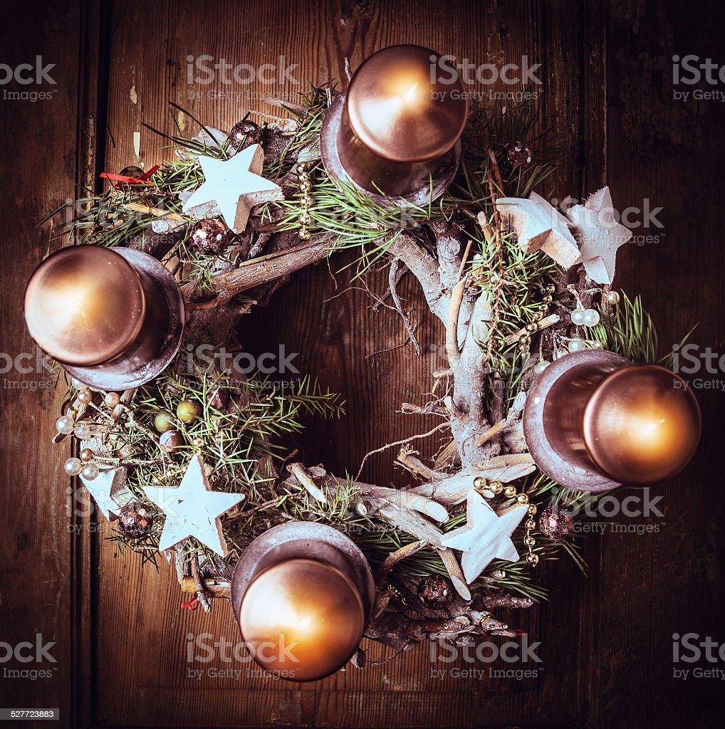Advent Kranz mit brennenden Kerzen, Weihnachten Karte, Ansicht von oben, getönt – Foto