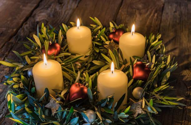 advent corona con cuatro quemar velas - adviento fotografías e imágenes de stock