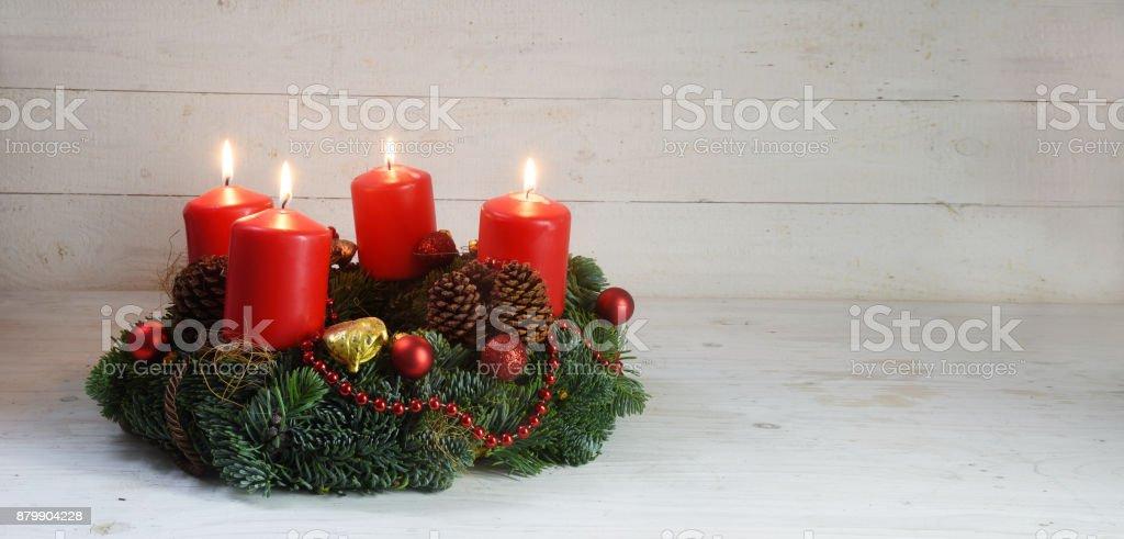 Corona de Adviento con cuatro velas quema rojo y decoración de la Navidad en formato de panorama madera, blanco rústico con espacio de copia - foto de stock