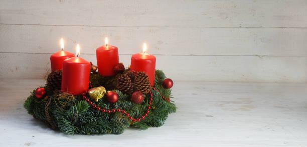 corona de adviento con cuatro velas quema rojo y decoración de la navidad en formato de panorama madera, blanco rústico con espacio de copia - adviento fotografías e imágenes de stock