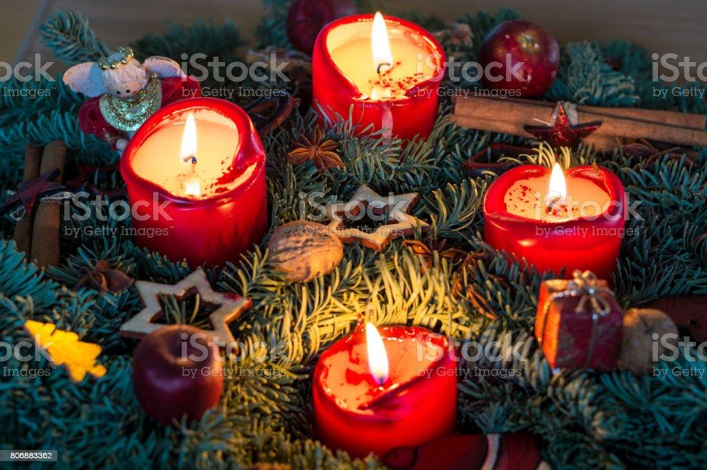 Adventskranz mit roten Kerzen von oben – Foto