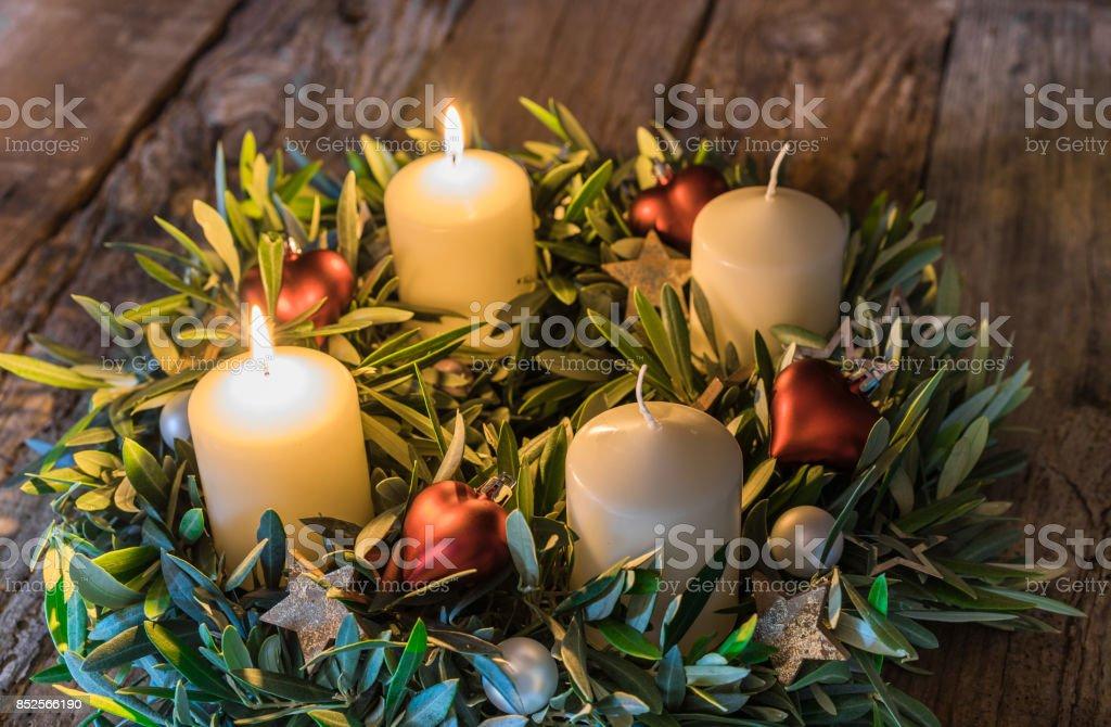 Advent Kranz mit zwei brennenden Kerzen – Foto