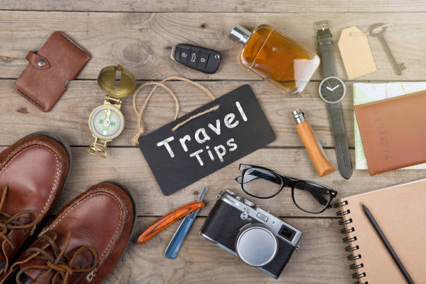 abenteuer-konzept - kamera, pass, karte, notizblock, kompass und andere sachen für die reise - nrw ticket stock-fotos und bilder