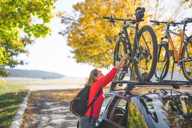 abenteuer-vorbereitungen - fahrradträger stock-fotos und bilder