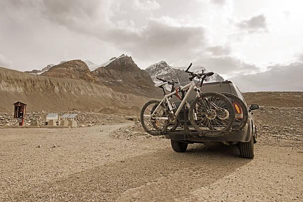 abenteuer-trip in die berge - fahrradträger stock-fotos und bilder